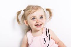 Portret van een twee die éénjarigenmeisje op witte achtergrond wordt geïsoleerd Royalty-vrije Stock Foto