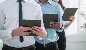 Portret van een Uitvoerend commercieel team op bureauachtergrond stock afbeelding
