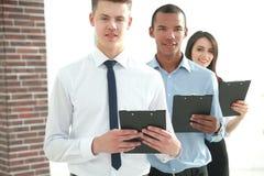 Portret van een Uitvoerend commercieel team op bureauachtergrond royalty-vrije stock afbeeldingen
