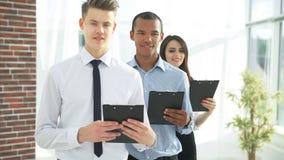 Portret van een Uitvoerend commercieel team op bureauachtergrond stock fotografie