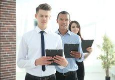 Portret van een Uitvoerend commercieel team op bureauachtergrond stock foto's