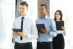 Portret van een Uitvoerend commercieel team op bureauachtergrond stock foto