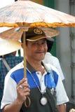 Portret van een Verkoper van de Paraplu in Bangkok Stock Afbeeldingen