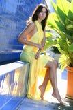 Portret van een verleidelijk vrouwelijk model in gele ontwerperkleding Royalty-vrije Stock Fotografie