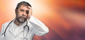 Portret van een vermoeide arts stock foto