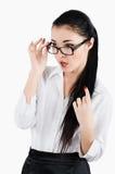 Portret van een verraste bedrijfsvrouwensecretaresse die glazen dragen Stock Foto
