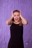 Portret van een verraste jonge vrouw in een zwart overhemd Stock Afbeeldingen