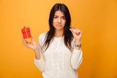 Portret van een verstoorde jonge vrouw die kleine giftdoos houden Royalty-vrije Stock Fotografie