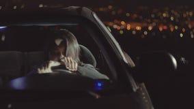 Portret van een verstoorde vrouwenbestuurder in auto in depressie en scheuren stock videobeelden