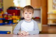 Portret van een vijf-jaar-oud kind in een kleuterschool Royalty-vrije Stock Foto