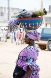 Portret van een volwassen vrouw die een kalebasboom laden Stock Foto's