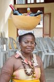 Portret van een volwassen vrouw die een kalebasboom laden Royalty-vrije Stock Afbeelding