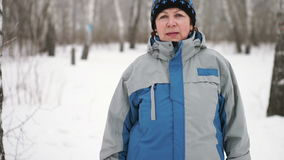 Portret van een volwassen vrouw in het bos in de winter stock video