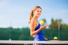 Portret van een vrij jonge tennisspeler stock foto's