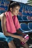 Portret van een vrij jonge vrouw die na training rusten Royalty-vrije Stock Fotografie