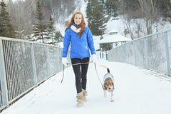 Portret van een vrij jonge vrouw met haar huisdierenhond Stock Fotografie