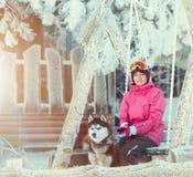 Portret van een vrij jonge vrouw met hond Stock Fotografie