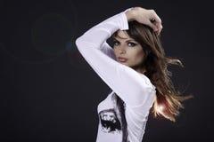 Portret van een jonge vrouw op een grijze achtergrond royalty-vrije stock foto