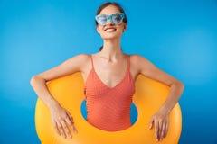 Portret van een vrolijk jong meisje in zwempak royalty-vrije stock afbeelding