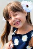Portret van een vrolijk klein tandenloos meisjesclose-up op een de zomerdag Royalty-vrije Stock Afbeeldingen