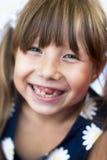 Portret van een vrolijk klein tandenloos meisjesclose-up op een de zomerdag Stock Afbeeldingen