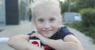 Portret van een vrolijk meisje in een wit GLB stock videobeelden