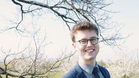Portret van een vrolijke glimlachende jonge mens stock footage