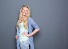Portret van een vrolijke jonge blonde vrouw royalty-vrije stock foto