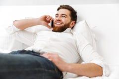 Portret van een vrolijke jonge zakenman Royalty-vrije Stock Afbeeldingen