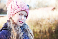 Portret van een vrolijke leuke het knipogen meisjesclose-up royalty-vrije stock fotografie