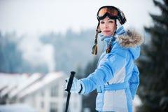 Portret van een vrouw bij een skitoevlucht Royalty-vrije Stock Afbeeldingen