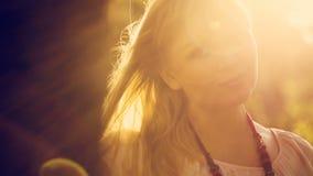 Portret van een Vrouw bij Zonsondergang stock footage