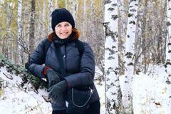 Portret van een vrouw in een bos van de de winterberk Royalty-vrije Stock Afbeeldingen