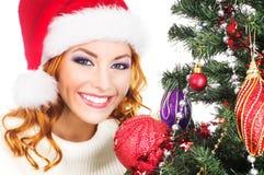 Portret van een vrouw die een Kerstboom verfraaien Royalty-vrije Stock Afbeeldingen