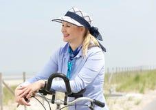 Portret van een vrouw die fiets van rit op een de zomerdag genieten Stock Foto's