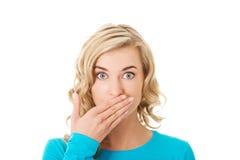 Portret van een vrouw die haar mond behandelen Stock Foto