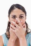Portret van een vrouw die haar mond verbergt Royalty-vrije Stock Foto's