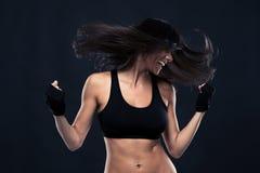Portret van een vrouw die met haar in motie dansen Stock Fotografie