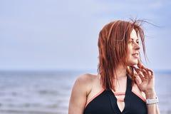 Portret van een vrouw die op middelbare leeftijd met rood haar langs de rivierbank lopen Zonnige de lenteochtend royalty-vrije stock fotografie