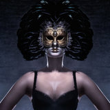 Portret van een vrouw in een donker Venetiaans masker Royalty-vrije Stock Afbeelding