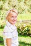 Portret van een vrouw in een park op een zonnige dag Royalty-vrije Stock Foto