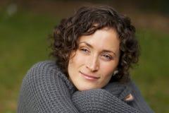 Portret van een Vrouw in Gedachte wordt verloren die Stock Foto