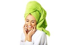Portret van een vrouw in handdoek op hoofd wordt verpakt dat royalty-vrije stock afbeeldingen