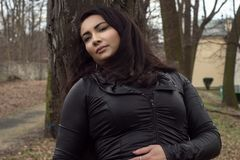 portret van een vrouw in het park De vroege Lente royalty-vrije stock foto