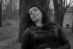 portret van een vrouw in het park De vroege Lente stock afbeeldingen