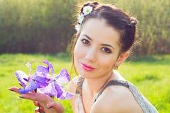 Portret van een vrouw met bloemenorchideeën stock foto's