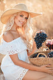 Portret van een vrouw met druif in handen Royalty-vrije Stock Foto's