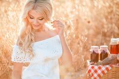 Portret van een vrouw met druif in handen Stock Foto's