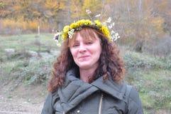 Portret van een vrouw met een kroon op zijn hoofd in een bos Royalty-vrije Stock Fotografie
