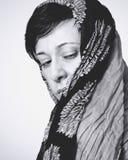 Portret van een vrouw met een sjaal Royalty-vrije Stock Afbeeldingen